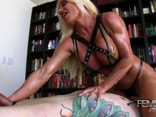 Ashlee: Sklave fickt muskulösen Beine