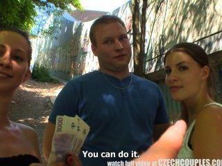 tschechische Paare junge Paar nimmt Geld für öffentliche Vierer