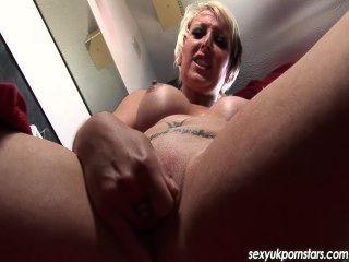 herrlich uk Blonde MILF in der Dusche mit ihrer Muschi spielt