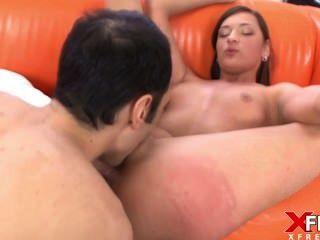 atemberaubende Brünette verbindet Porno zum ersten Mal und sie verliebt sich in