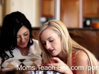 junges Paar bekommt hands-on Sex Lehren aus hot mom