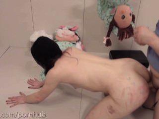 Masochist bekommt extrem brutal anal Zerstörung und saugt Esel