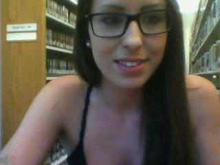 Mädchen mit Brille in Bibliothek