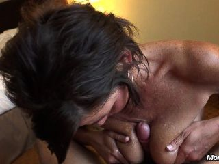 südlichen Milf bekommt Sperma im Gesicht