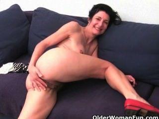 ältere Frauen ihre Baumwoll-Slip mit Muschisaft Einweichen
