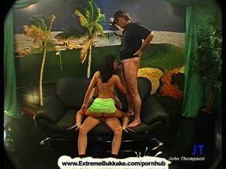sexy Brünette Babe ist auf den Knien cum wie eine echte Schlampe schlucken
