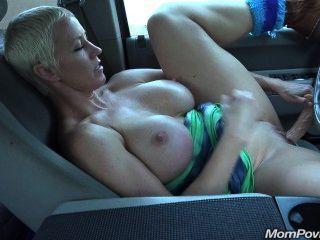 Big Tit Milf masturbiert im Auto