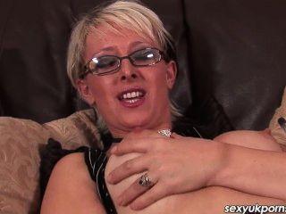 Blöde britische Milf spielt mit ihrer süßen Pussy