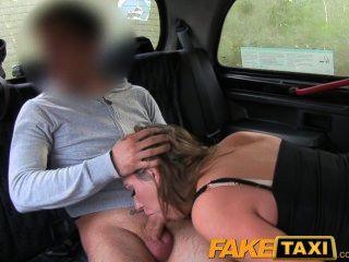 faketaxi große Titten Babe nimmt es von hinten