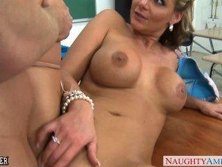 busty Babe Phoenix Marie bekommt Arsch gefickt im Klassenzimmer