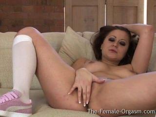 Babe mit großen natürlichen ersten Mal Titten mit einem hitachi masturbiert zum Orgasmus