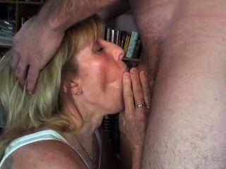 neue Mann pinkelt in meinem Mund und alle über mich und spritzt dann in den Mund!