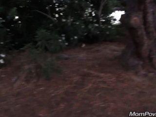 Big Tit gilf blinkt im öffentlichen Park