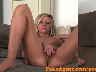fakeagent sexy Blondine mit erstaunlichen Titten wird hart gefickt und spunked über