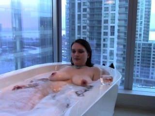 sexy big Tit Brünette Frau nimmt ein Bad & mouthfucks Hahn