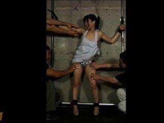 japanisches Mädchen geölt & gekitzelt, bis sie pinkelt