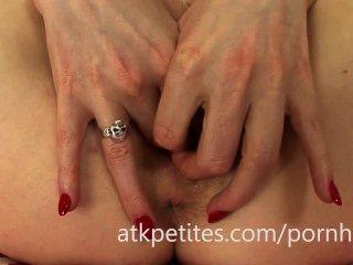 samantha bentley verwendet einen rosa Vibrator auf ihre rosa Pussy