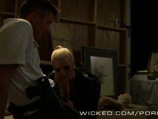 wicked - Anikka Albrite tut anal in heißen Lederhosen