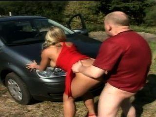 Deutsch Paar vor ihrem Auto