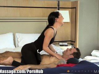 reisender Geschäftsmann bekommt erotische Massage Hotel