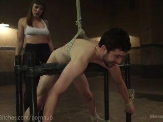 muskulösen Dominatrix ringt slaveboy