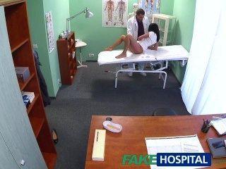 fakehospital heiße schwarzhaarige Mutter betrügt Ehemann mit Arzt