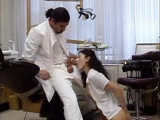 Zahnarzt behandelt seine Patienten