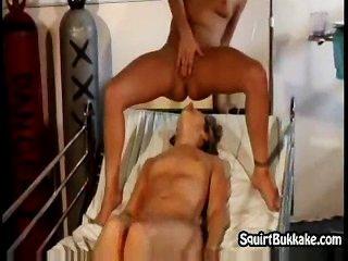lesbischen Orgasmen auf ihr feines Gesicht spritzt