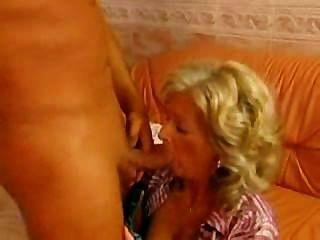 karola: vollbusige anal Oma
