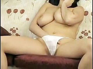 vollbusigen Mädchen mit schönen weißen Höschen