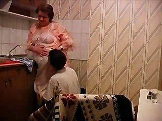 Oma bekommt in der Küche gefickt