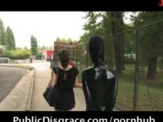 schöne Mädchen, hilflos und gefickt in den Straßen gebunden