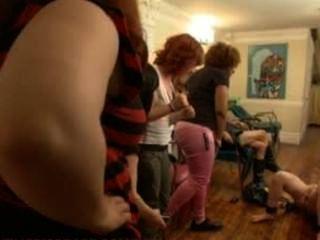 vivienne del rio ist Strap-on gefickt und in einem Salon voller Frauen gedemütigt