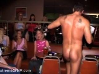 wilde Party Mädchen, die einen männlichen Stripper Hahn saugen