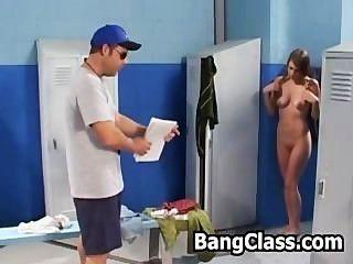 Mädchen überrascht von ihrem Sportlehrer in der Lockeroom Masturbieren