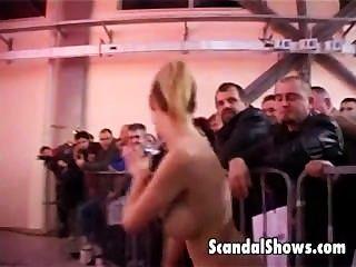 glücklicher Kerl immer Stripper gehänselt rechts auf der Bühne