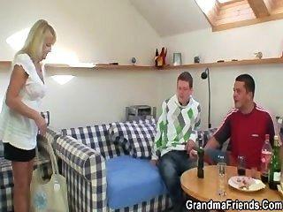 Party Jungs verführen nuttig blonde Oma und nageln sie