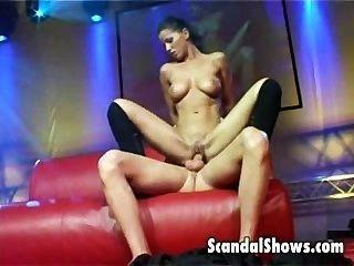 Paar fucking auf der Bühne während der Live-Sex-Show