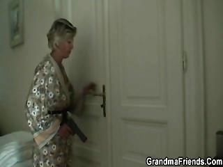 sexy Mama findet zwei Räuber und macht sie ihr Knall