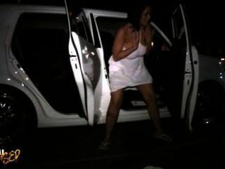 Carmella Bing sucht nach einem Platz in der Öffentlichkeit, um zu pinkeln