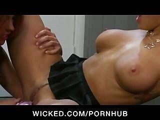 Big Tit Betrug College Lesben Spaß mit Spielzeug und Muschi lecken