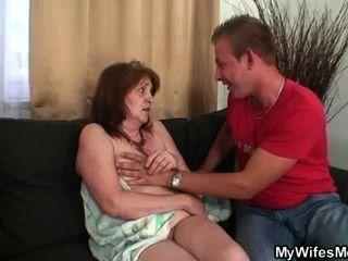 er schlägt seine Schwiegermutter nach der Dusche