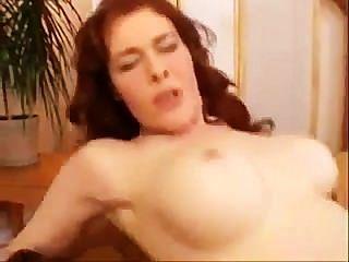 MILF blinkt große Brüste & haarige Muschi
