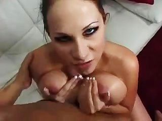 Gianna Michaels spielt Basketball