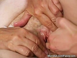 schmutzigen alten Oma liebt jüngere Muschi
