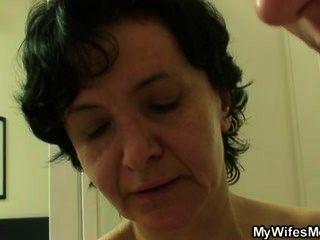 Frau Wild zu gehen, wenn ihn findet ihre Mutter ficken