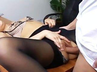 frecher Sekretär in zerrissenen Strumpfhosen fucking auf ihre Bosse Schreibtisch