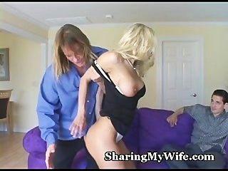 heiße Frau bietet ihre Muschi zu teilen