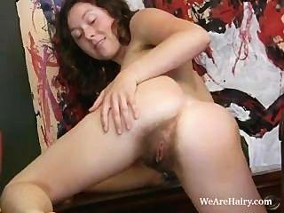haarige Mädchen luca Streifen und masturbiert auf einem Schreibtisch