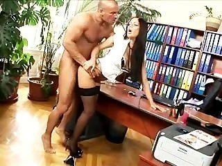 Büro Sekretärin gefickt in Strümpfen und Fersen